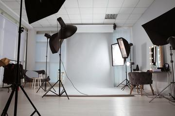 Interijer modernog foto studija s profesionalnom opremom