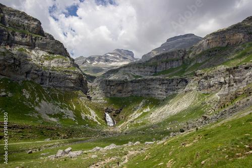 Cola de Caballo al fondo del valle en el parque nacional de Ordesa y Monte Perdido