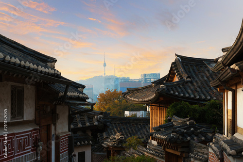 Photo sur Aluminium Seoul Traditional Korean style architecture at Bukchon Hanok Village with N Seoul Tower in background in Seoul, South Korea.