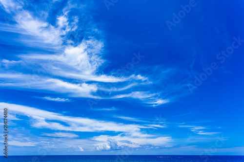 La pose en embrasure Bleu fonce ciel bleu au-dessus de l'horizon