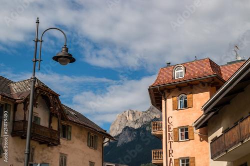 Fotobehang Praag Scorci di Moena, Val di Fassa, Trento, Trentino Alto Adige, Italia
