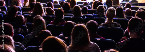 People in the auditorium watching the performance Fototapet
