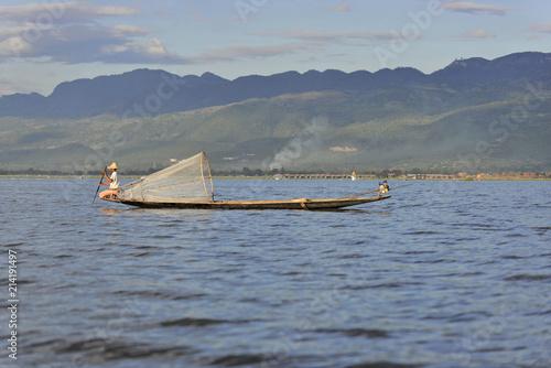 Photo Stands Shipwreck Intha Fischer, Einheimischer fischt mit traditionellem konischen Fischernetz, Inle-See, Myanmar, Asien
