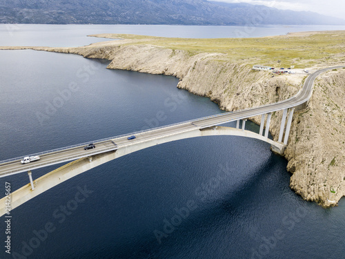 Plakat Widok z lotu ptaka most wyspa Pag, Chorwacja, droga. Klif z widokiem na morze. Samochody przekraczające most widziany z góry