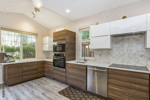 Photographie Contemporary kitchen design in a remodeled home.
