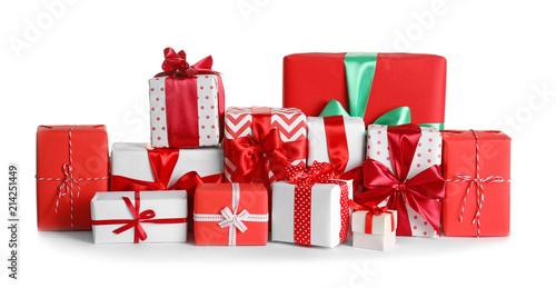 Photo Beautifully wrapped gift boxes on white background