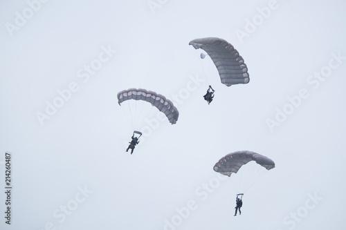 Fotografie, Obraz  Drei Fallschirmspringer