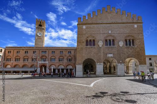 Fotografie, Obraz Treviso, Piazza dei Signori e Palazzo Trecento, il centro storico della città