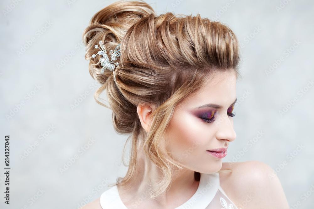 Fototapeta Wedding style. Beautiful young bride with luxury wedding hairstyle