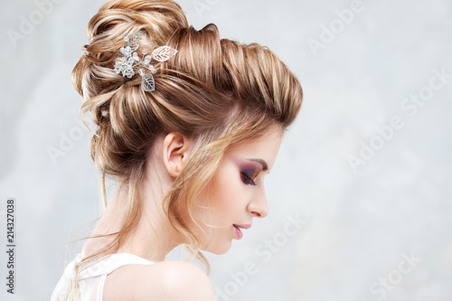 Foto op Plexiglas Kapsalon Wedding style. Beautiful young bride with luxury wedding hairstyle