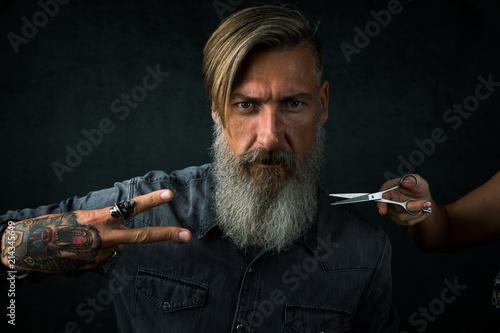 Photo Porträt eines besorgten bärtigen Mannes im Friseursalon