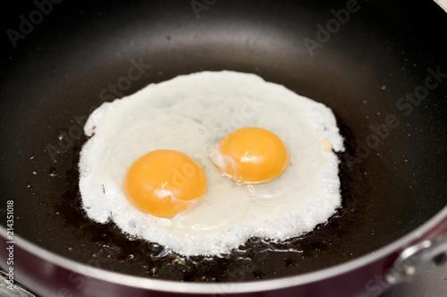 Staande foto Gebakken Eieren 目玉焼き(調理中)