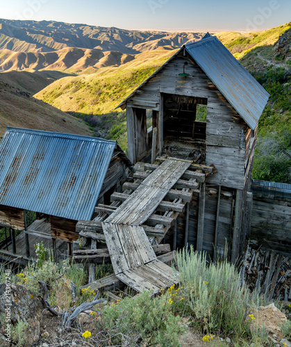 Small wood bridge leads to the entrance of a prospectors shack on a gold mining Fototapet