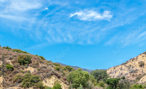 Foto op Plexiglas Blauw Blue sky and white clouds form a bowl in center of Southern California mountains on summer day
