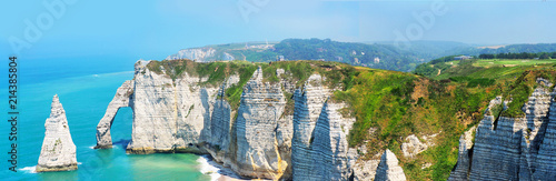 Fotografia Picturesque panoramic landscape on the cliffs of Etretat