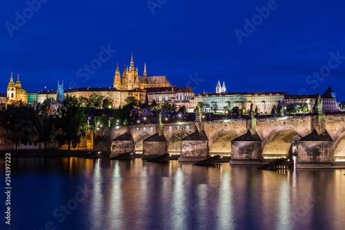 Staande foto Praag Prag – Karlsbrücke und Veitsdom zur Blauen Stunde