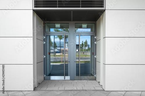 Cuadros en Lienzo Tür mit Glaseinsatz und Spiegelung  Eingang in Gebäüde