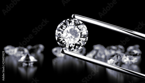 Fotografía  Diamond in tweezers on a dark background with diamonds group soft focusing, 3d rendering
