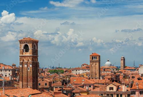 Plakat Panoramę centrum Wenecji nad Rialto Market District, z dzwonnicą i chmurami