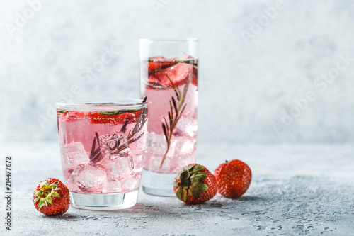 Autocollant pour porte Cocktail Strawberry and rosemary drink