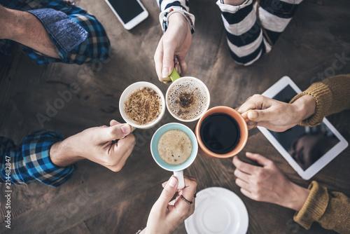 Ludzie pije kawowego wysokiego kąta widok