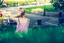 Junges Mädchen Sitzt In Gras ...