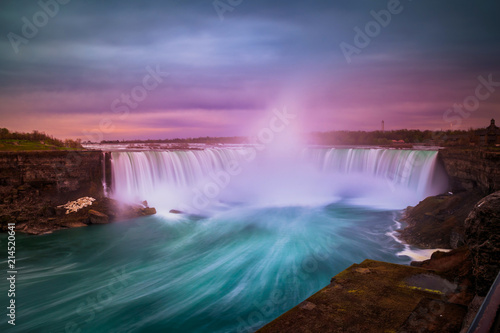Montage in der Fensternische Wasserfalle View of Niagara waterfalls during sunrise from Canada side