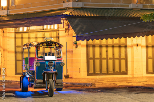 In de dag Bangkok traditional tuk-tuk from Bangkok, Thailand,
