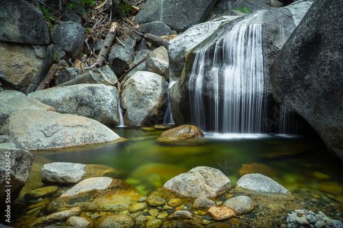 Foto auf AluDibond Wasserfalle Beautiful Emerald Pool and Soft Flowing Waterfall along Cascade Creek, Yosemite