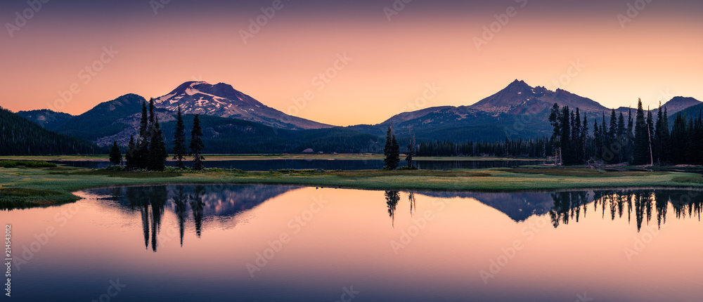 Fototapeta Sparks Lake in Central Oregon Cascade Lakes Highway, a popular outdoors vacation destination