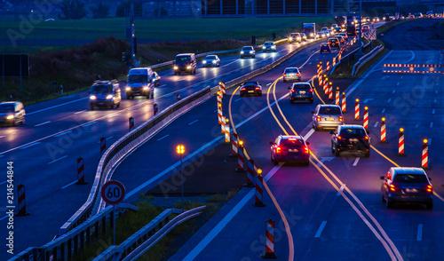 Foto eine Autobahnbaustelle bei Nacht mit starkem Fahrzeugverkehr