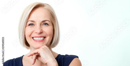 Fototapeta premium Atrakcyjna kobieta w średnim wieku z pięknym uśmiechem na białym tle