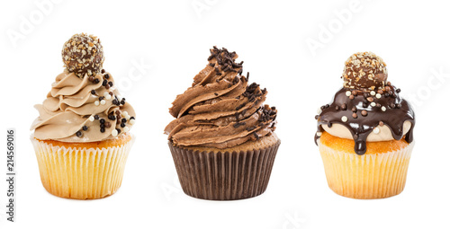 Photo sur Aluminium Dessert Set of different chocolate cupcakes isolated on white background.