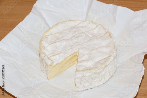 Camembert avec une portion coupée