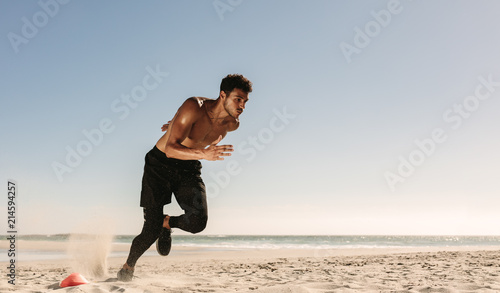 Cuadros en Lienzo Man running on the beach
