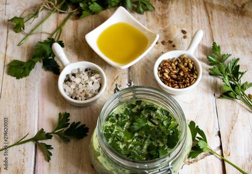 Petersilienpesto mit gerösteten Sonnenblumenkernen, Meersalz und Olivenöl
