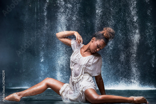 Photo  Young afro girl dancing in the water.