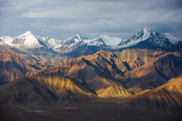 Piękne góry na indyjskich himalajach.