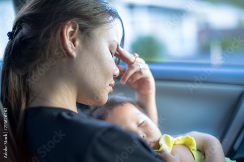 Fotografía  Tired stressed mother holding baby