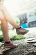 Beine eines jungen Mädchens, Sneakers