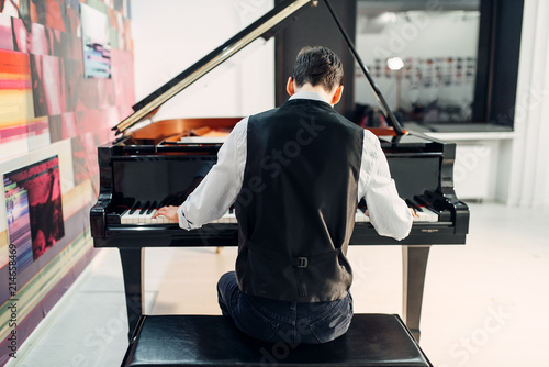 Fotografia Male pianist playing composition on grand piano
