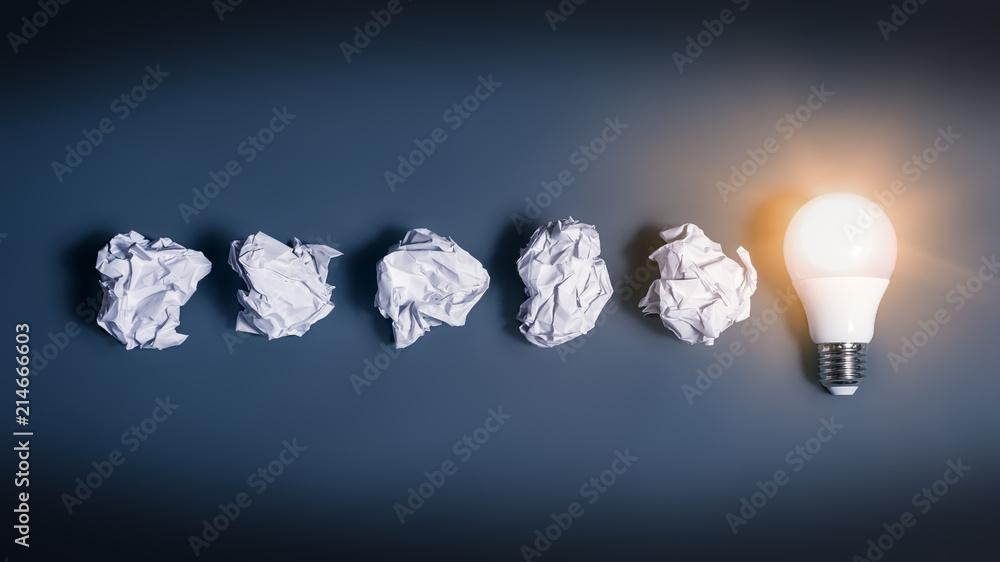 Fototapeta Idee als Glühbirne und Papierkugeln
