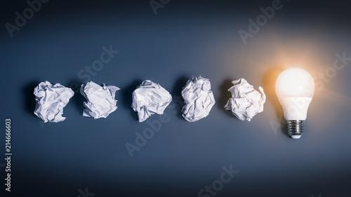 Fotografía  Idee als Glühbirne und Papierkugeln