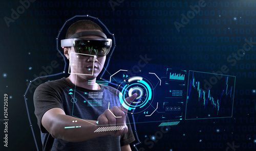 Cuadros en Lienzo University student trying Virtual Reality with Microsoft hololens | Controlling