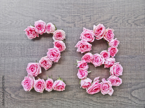 Fotografia  28 (twenty eight) - vintage number of pink roses on the background of dark wood