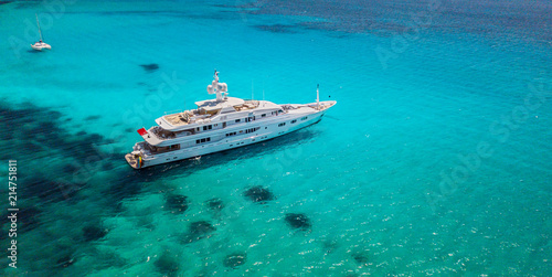 Fotografia Big luxury yacht anchoring in shallow water,