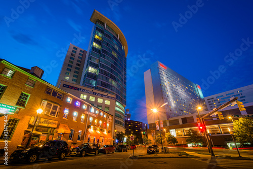 Tuinposter Tokio Washington Boulevard at night, in downtown Baltimore, Maryland