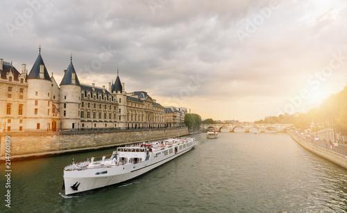 Foto auf AluDibond Schiff Consiergerie, Pont Neuf and Seine river st sunset in paris, france