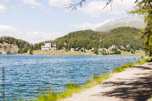 Foto auf Gartenposter Forest river St. Moritz, St. Moritzersee, Seeufer, See, Bergsee, Oberengadin, Engadin, Wanderweg, Stazerwald, Höhentraining, Wassersport, Graubünden, Alpen Sommer, Schweiz