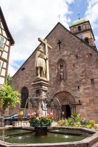 Keuken foto achterwand Fontaine Kaysersberg. Fontaine Constantin et église sainte Croix, Alsace, Haut Rhin. Grand Est
